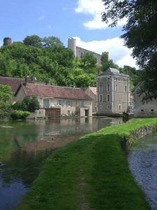 Le lac sous le château de Druyes-les-Belles-Fontaines en Puisaye